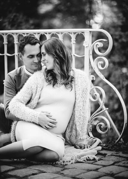 Fotoshooting Dresden Babybauch, Schwangere kuschelt mit ihrem Partner